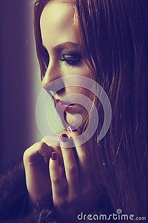 Usilna prośba. Wyznanie. Smutny kobiety modlenie. Gracja. Stroskanie i nadzieja