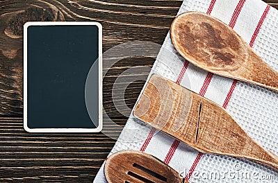 Ustensiles de cuisine et un tableau noir pour crire une recette photographie stock image for Ecrire sur un tableau noir