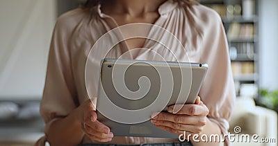 Usuario femenino que sostiene con dispositivo digital de tabulación, vista de cierre metrajes