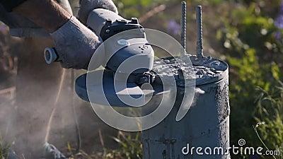 Utensile per il taglio del ` s del costruttore di una colonna concreta Scintille della polvere del calcestruzzo e del metallo archivi video
