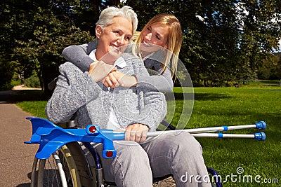 Utente di sedia a rotelle felice in una sosta