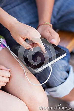 Utilisant la tablette digitale