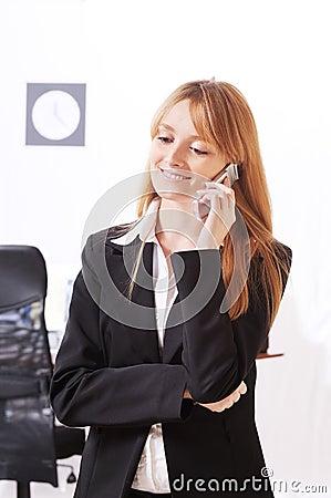 La femme d affaires emploie le telephon