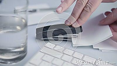 Utilizzo di graffetta, graffetta, lotta con Office Supply, chiusura dell'immagine archivi video
