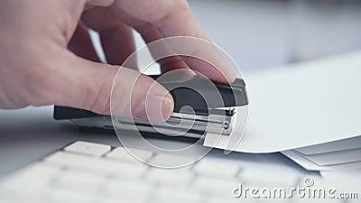 Utilizzo di graffetta, graffetta, lotta con Office Supply, chiusura dell'immagine video d archivio