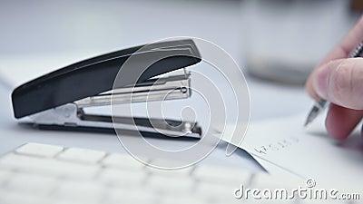 Utilizzo di graffetta, graffetta, lotta con Office Supply, chiusura dell'immagine stock footage