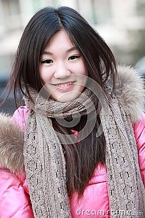 Utomhus- stående för asiatisk flicka