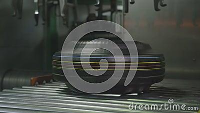 Utrustning begränsar krokar fäller ned gummihjulet på transportörcloseupen arkivfilmer