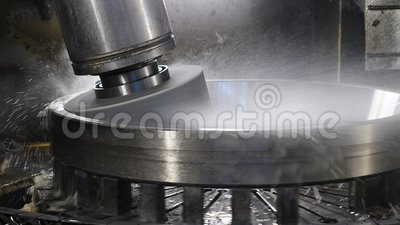 Utrustning i lagerfabrik verktygsmaskinenhet som är klar för polering av arbetsytan Begreppet tung industri Vatten arkivfilmer