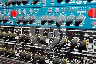 Utrustningmedel som registrerar ljudet