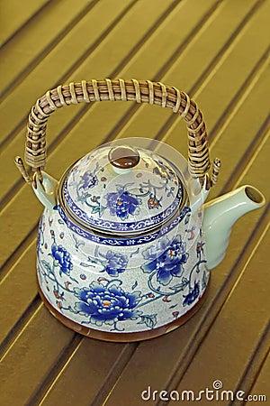 Utsökt keramisk färgrik målad teapot