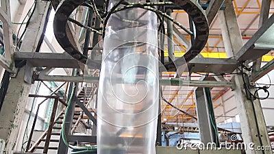 Utstötning av plastpåsen i en fabrik lager videofilmer
