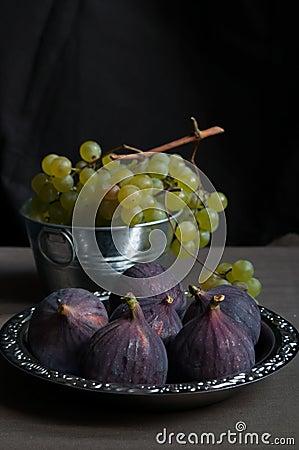 Uvas e figos verdes frescos
