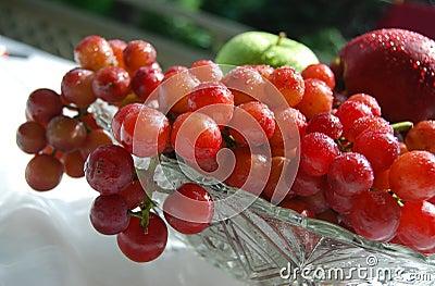 Uvas frescas e suculentas em uma bacia de cristal
