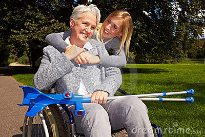 Użytkownika szczęśliwy parkowy wózek inwalidzki