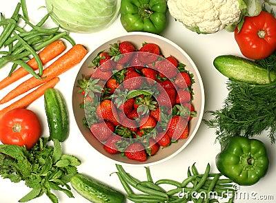 Vários vegetais e morango
