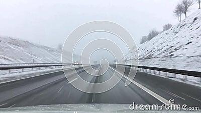Väg i snö, huvudväg i vinter Sikt till och med vindrutan av th lager videofilmer