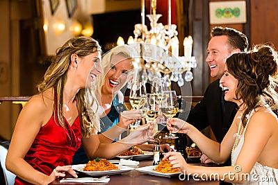 Vänner i mycket bra exponeringsglas för en restaurangfinka