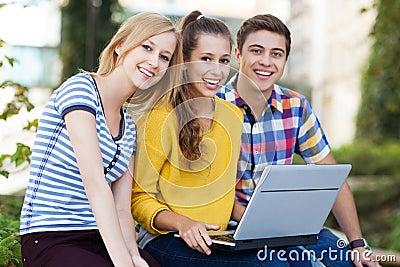 Vänner med bärbar dator