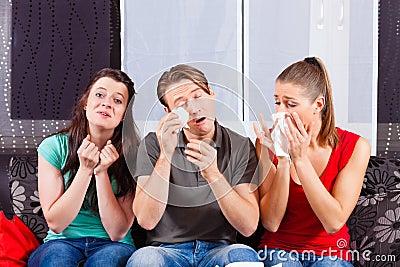 Vänner som håller ögonen på en ledsen film i TV