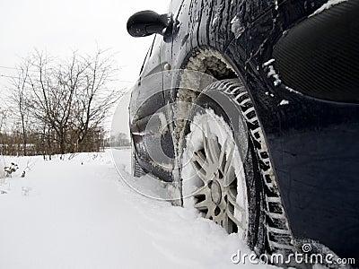 Véhicule dans la neige