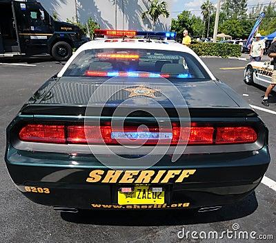 Véhicule de police avec des lumières en fonction Image éditorial