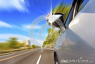 Véhicule sur la route avec la tache floue de mouvement