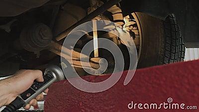 Vérifiez la suspension de la voiture à la station service et au contrôle, diagnostics clips vidéos