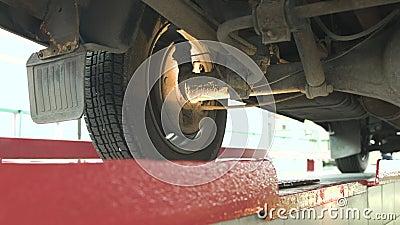 Vérifiez la suspension de la voiture à la station service et au contrôle, diagnostics banque de vidéos