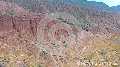 Vídeo aéreo de depósitos do urânio em rochas vermelhas kyrgyzstan video estoque