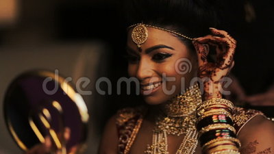 Vídeo borroso de la novia india fabulosa que mira en el espejo y la sonrisa almacen de video