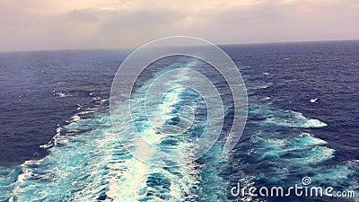 Vídeo: Córrego da água do navio fora do navio de cruzeiros no oceano video estoque