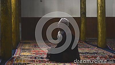 Vídeo de um velho muçulmano rezando na mesquita vídeos de arquivo