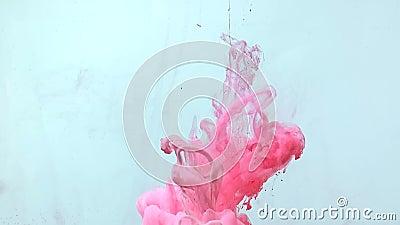 Vídeo fantástico e em câmera lenta de tinta cor-de-água rosa girando maravilhosamente na água vídeos de arquivo