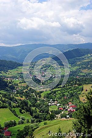 Vacances dans un village sur un River Valley