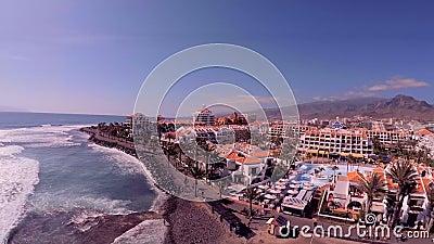 Vacances inoubliables dans Ténérife Usines et arbres exotiques, hôtels et plages de Ténérife d'une vue de s-oeil de ` d'oiseau banque de vidéos