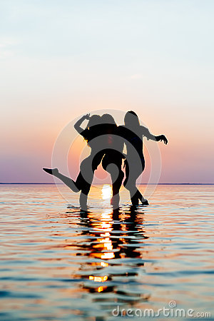 Free Vacation. Beach Party. Teenage Girls Having Fun In Water. Group Of Happy Young People Dancing At The On Beautiful Summer Sunset. Stock Photo - 81102120