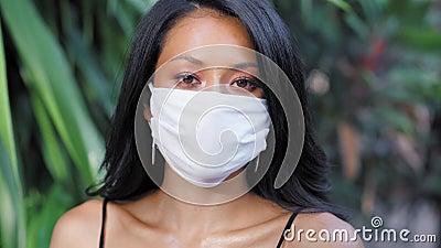 Vackra asiatiska kvinnor med en mask i ansiktet Fashion Asian-modell med vit mask stock video