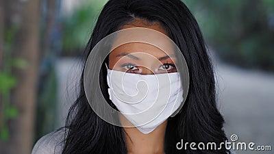Vackra asiatiska kvinnor med en mask i ansiktet Fashion Asian-modell med vit mask arkivfilmer