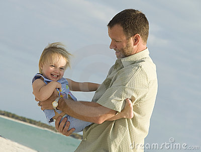 Vader en dochter bij strand
