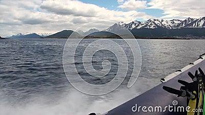 Vague de coupes de canot d'océan froid sur le fond des montagnes sur Falkland Islands banque de vidéos