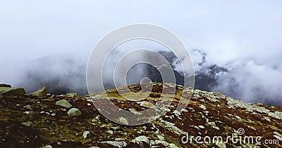 Valle nublado de montaña Paisaje de los Alpes Mistosos El neblinoso pico de Chamonix nublado brumoso Francés septentrional y suiz metrajes