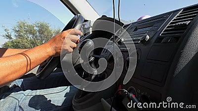 Van dashboard y las manos del conductor se cierran para arriba almacen de metraje de vídeo