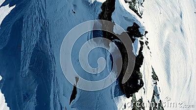 Van de sneeuwbergen van het de winterlandschap lucht de meningsvlieg over stock videobeelden