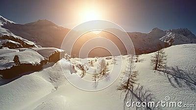 Van de sneeuwbergen van het de winterlandschap lucht de meningsvlieg over stock footage