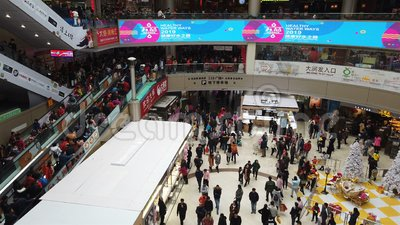 Van Zhongshanchina 1,2018 Januari: Veel consumenten die een groot winkelcomplex op de nieuwe jaarvakantie bezoeken stock video