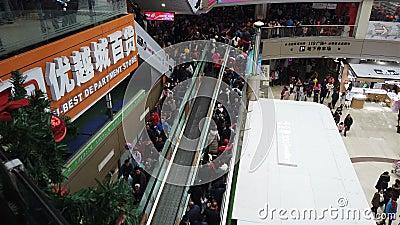 Van Zhongshanchina 1,2018 Januari: zo vele mensen die naar een winkelcomplex op de nieuwe jaarvakantie gaan in China stock video