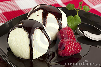 Vanilla icecream with chocolate topping