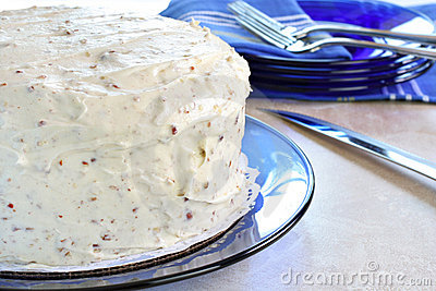 Vanilla and nut iced cake frosted
