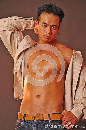 Varón asiático sensual